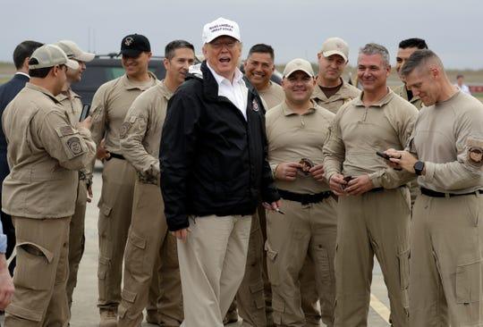 El presidente Donald Trump habla con autoridades del CBP en el Aeropuerto Internacional de McAllen, Texas.