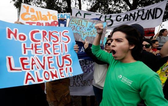 Detractores de Trump protestan durante su visita en Hidalgo, Texas.