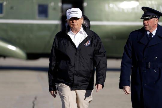 El presidente de EEUU Donald Trump aborda la aeronave que lo trasladará a la frontera en Texas.