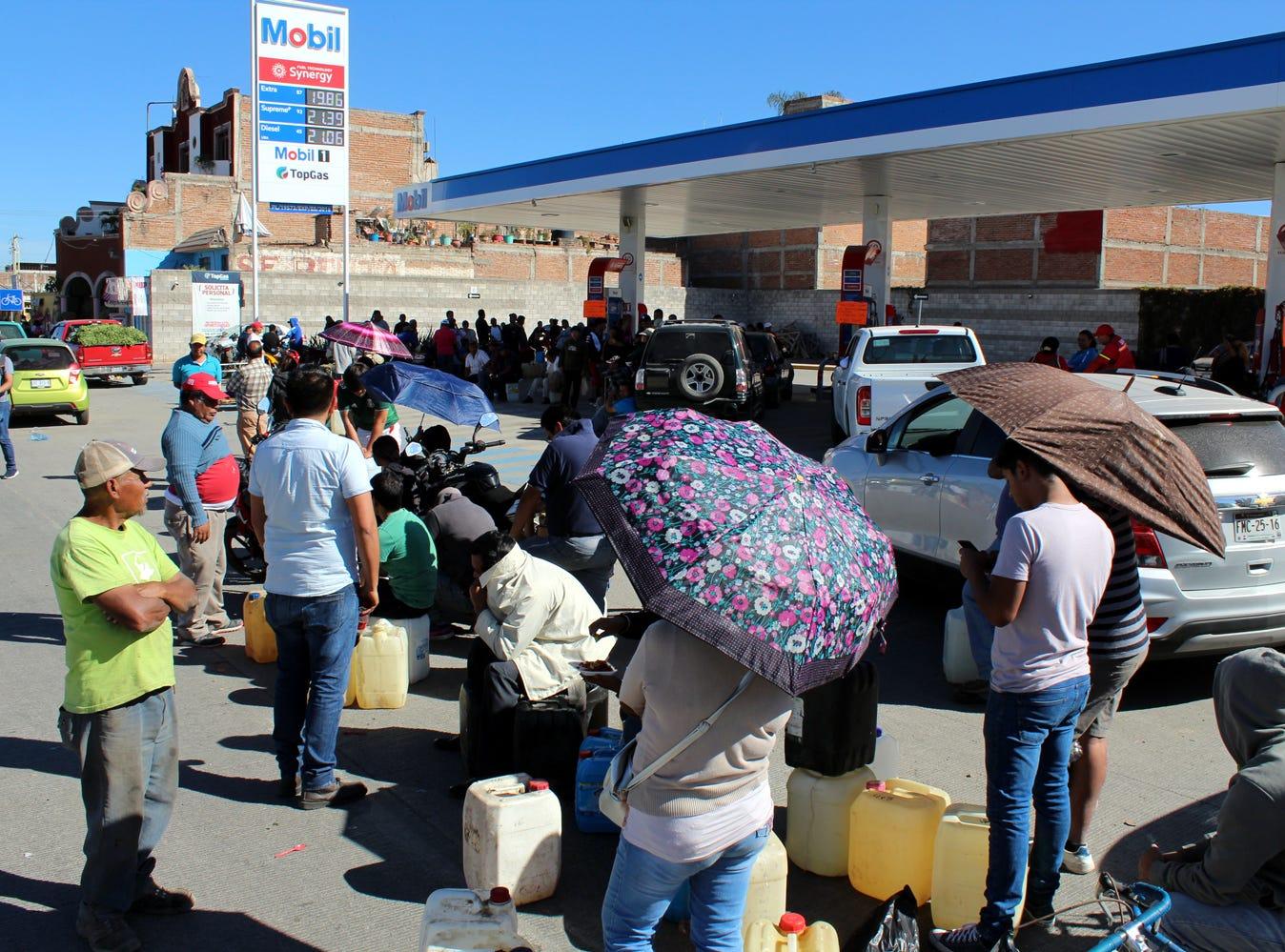 El desabasto de gasolina se agravó en el Valle de México y en otras 10 entidades de país. Sectores industriales y comerciales comenzaron a reportar pérdidas y algunos servicios públicos empezaron a ser afectados seriamente. 10-Ene-2019