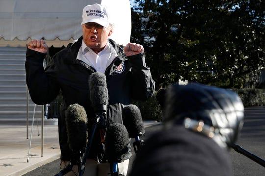 El presidente Trump habla con los medios antes de partir a la frontera.