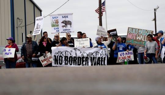 Protestan visita de Trump en Texas.
