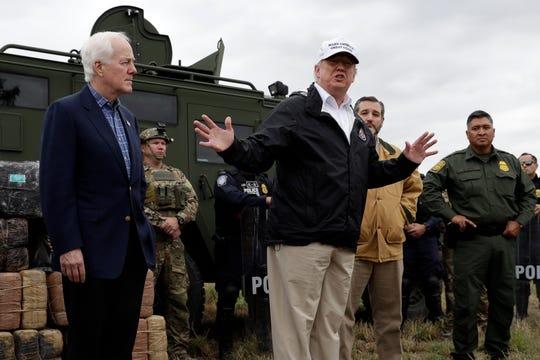 El presidente Donald Trump se reúne con autoridades fronterizas en la frontera de Texas.