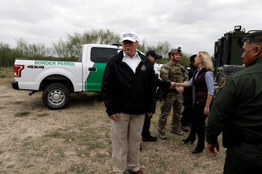 Donald Trump recorre la frontera de Arizona en visita hecha en enero pasado.