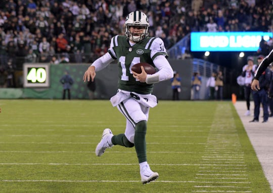 New York Jets quarterback Sam Darnold (14) carries the ball on a 14-yard run in the fourth quarter against the Houston Texans at MetLife Stadium.