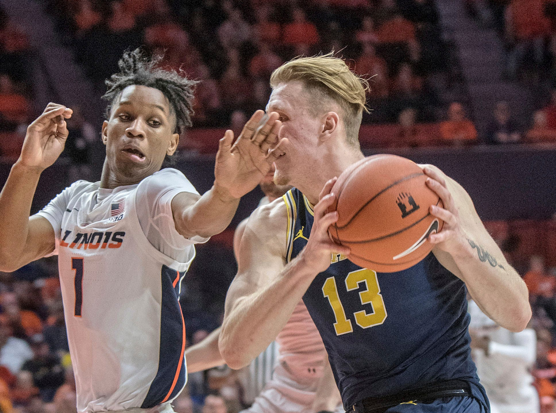 Illinois guard Trent Frazier (1) tries to slow the drive of Michigan forward Ignas Brazdeikis (13) during the second half.