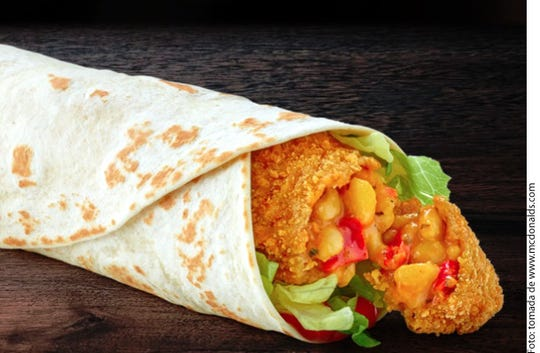 El wrap es elaborado a partir de harina vegetal, pesto rojo, salsa de tomate y lechuga en tiras.