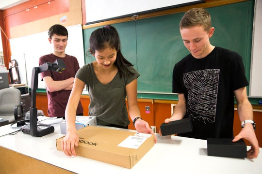 jóvenes South Salem High School (de izquierda a derecha) Mason Obery, Julie Chen y Ned Harlan se preparan para competir en un concurso de STEM Samsung después de la escuela en Salem el viernes 11 de enero de 2019. Fueron elegidos para representar a Oregon para su proyecto que utiliza un avión no tripulado para identificar los niveles de algas en el lago de Detroit.