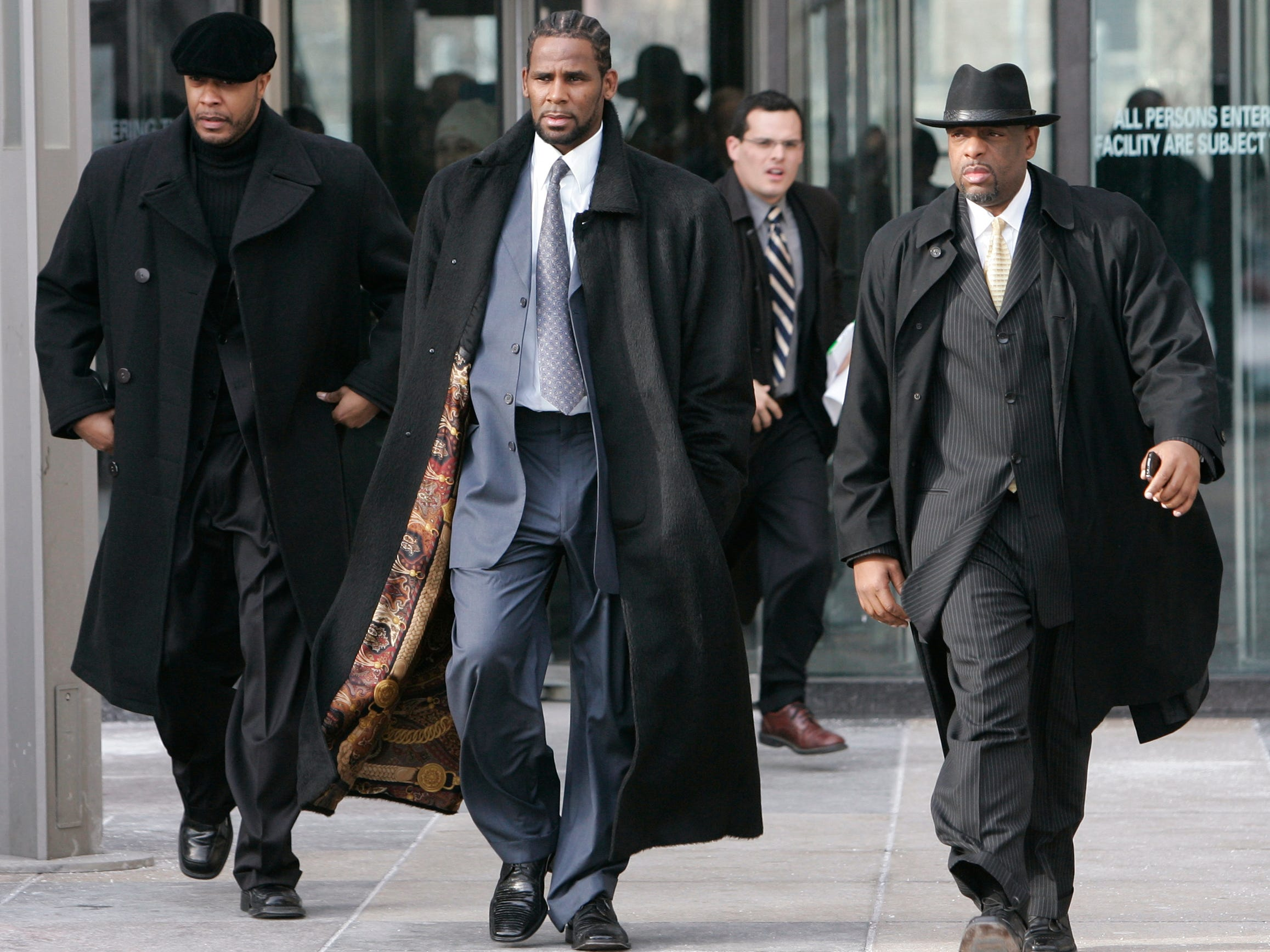 R. Kelly, center, leaves Cook County courthouse following his child pornography hearing on Dec. 20, 2007, in Chicago.