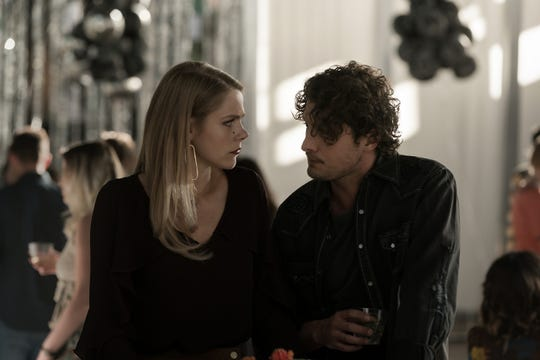 """Lily Cowles as Isobel and Michael Vlamis as Michael on """"Roswell, New Mexico."""""""