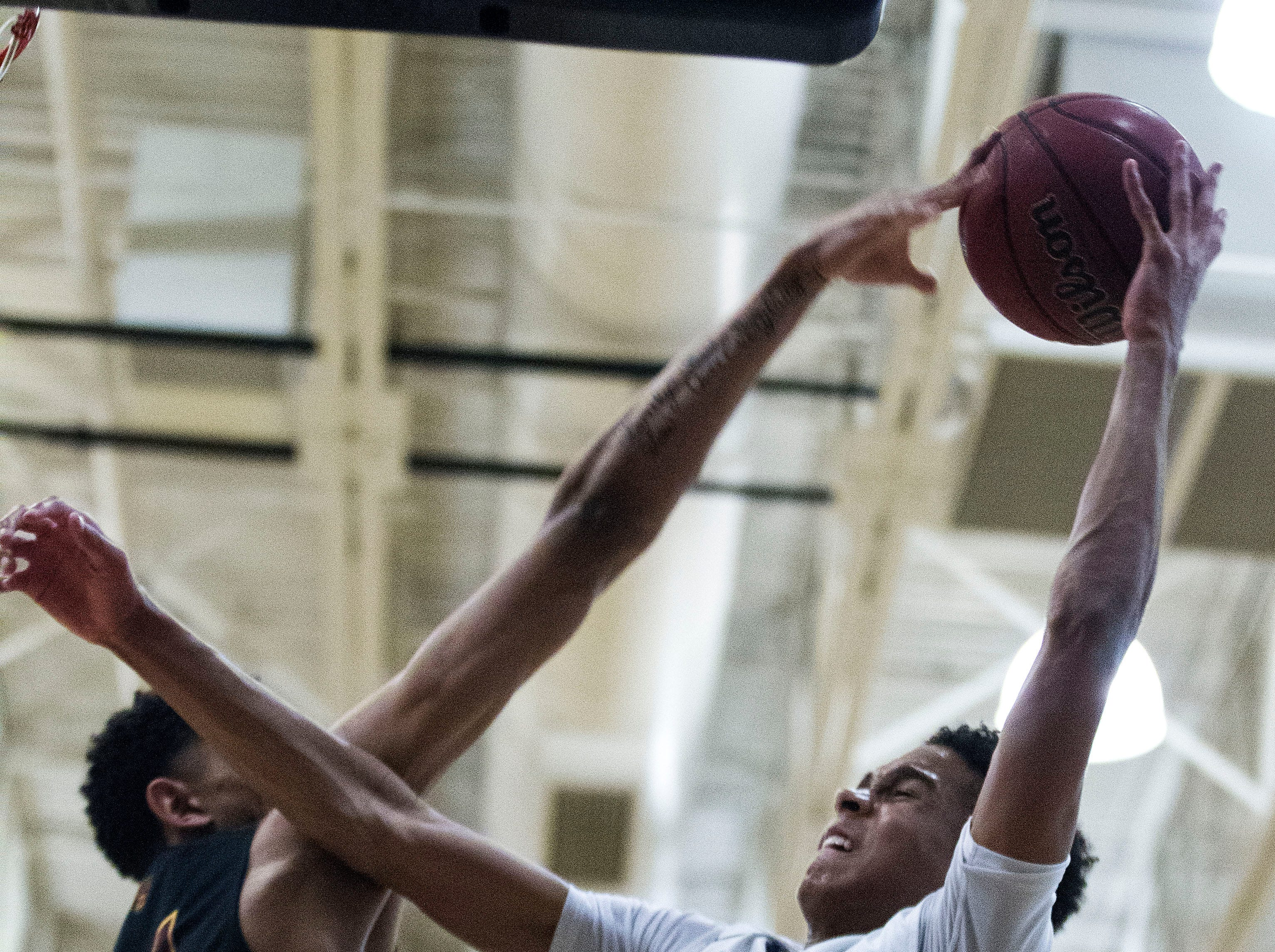 Mountain Pointe's Jalen Graham (24) rejects Desert Vista's Osasere Ighodaro (24) during in the first half of their game at Desert Vista High School in Phoenix, Friday, Jan.11, 2019.