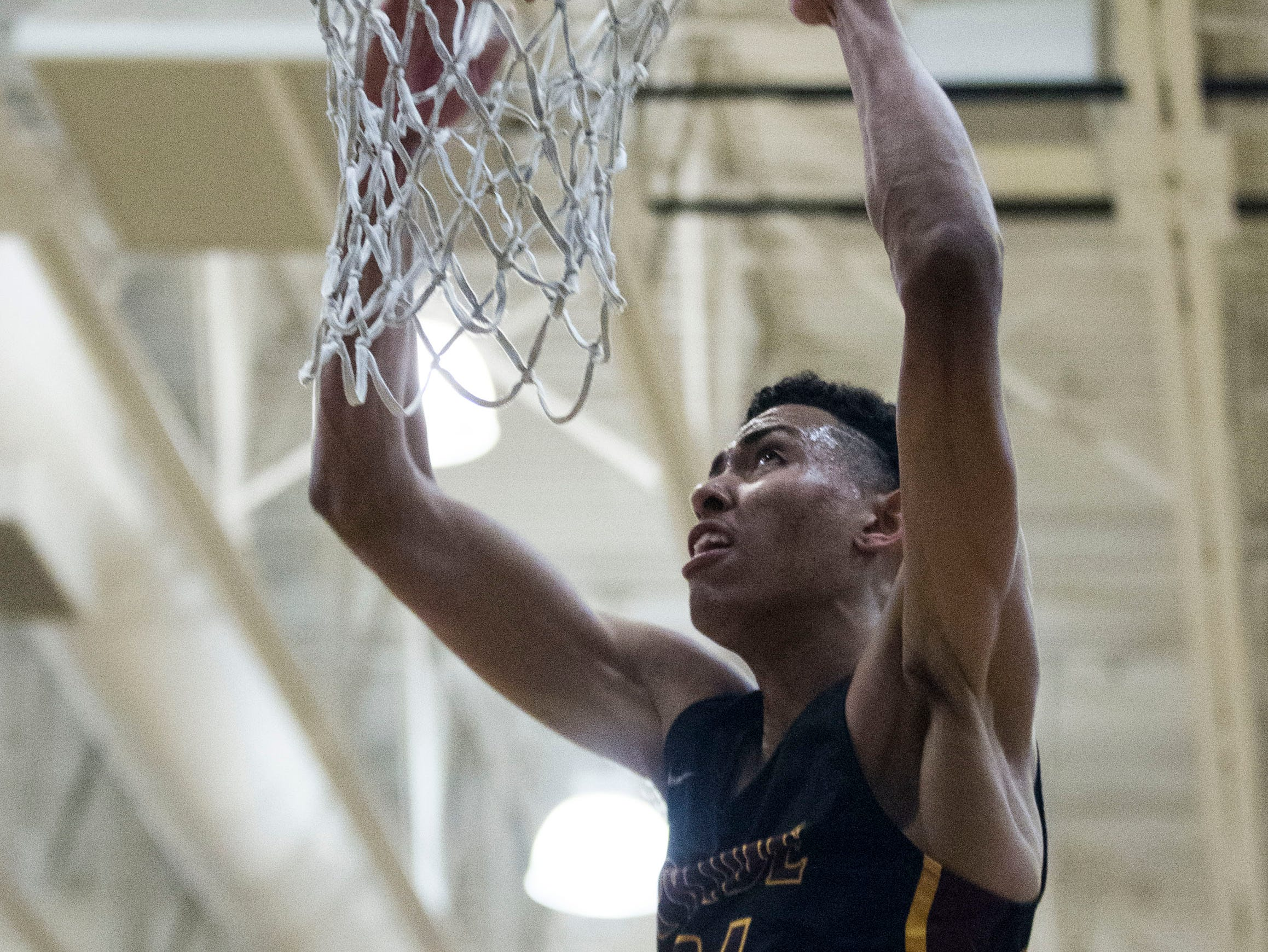 Mountain Pointe's Jalen Graham (24) slams one home against Desert Vista during in the second half of their game at Desert Vista High School in Phoenix, Friday, Jan.11, 2019.