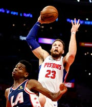 Detroit Pistons' Blake Griffin, right, goes to basket against Los Angeles Clippers' Shai Gilgeous-Alexander during the second half.