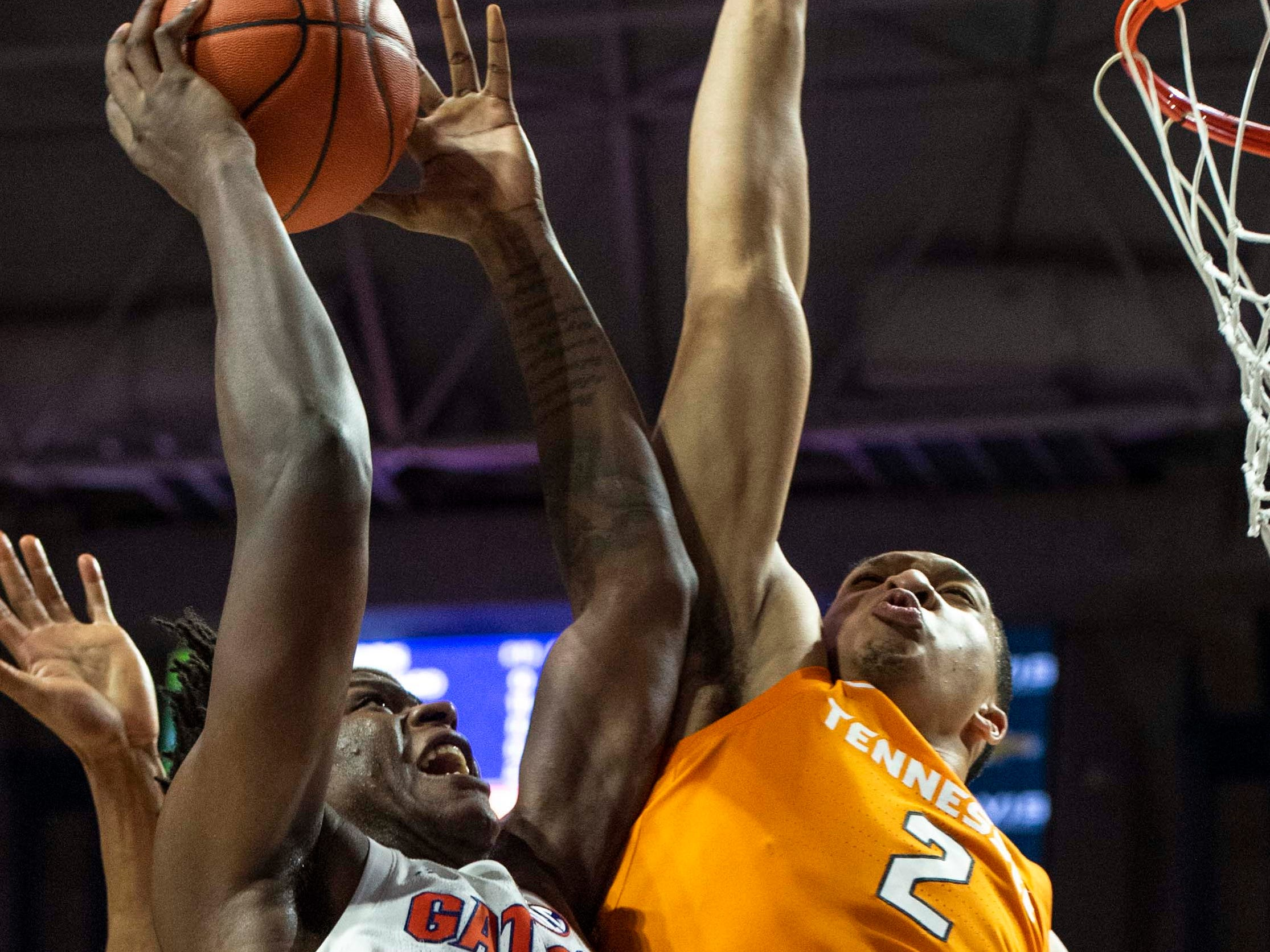 Florida Gators forward Dontay Bassett (21) drives for the net as Tennessee Volunteers forward Grant Williams (2) defends on Jan. 12, 2019.