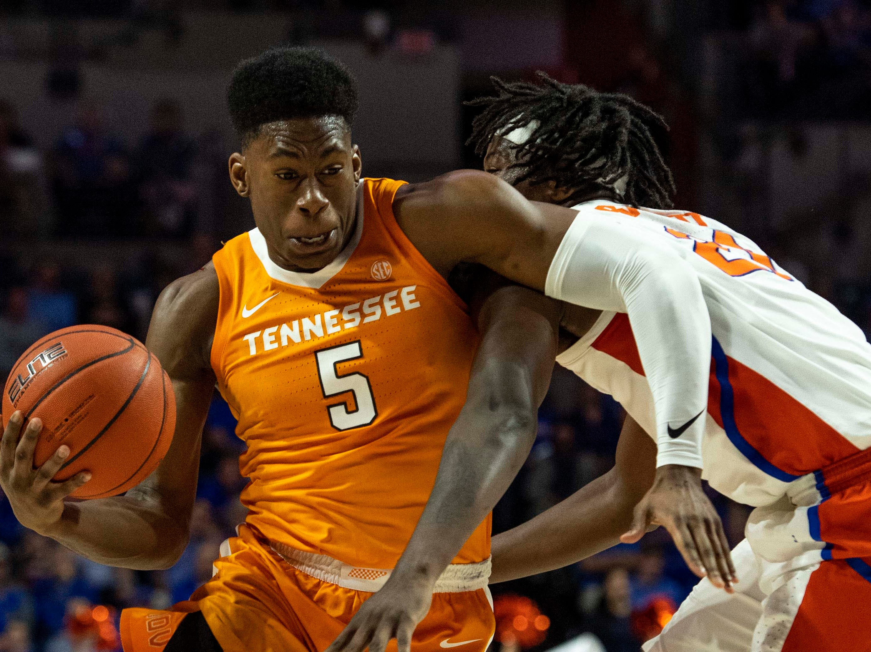 Tennessee Volunteers guard Admiral Schofield (5) drives for the basket as Florida Gators forward Dontay Bassett (21) defends on Jan. 12, 2019.