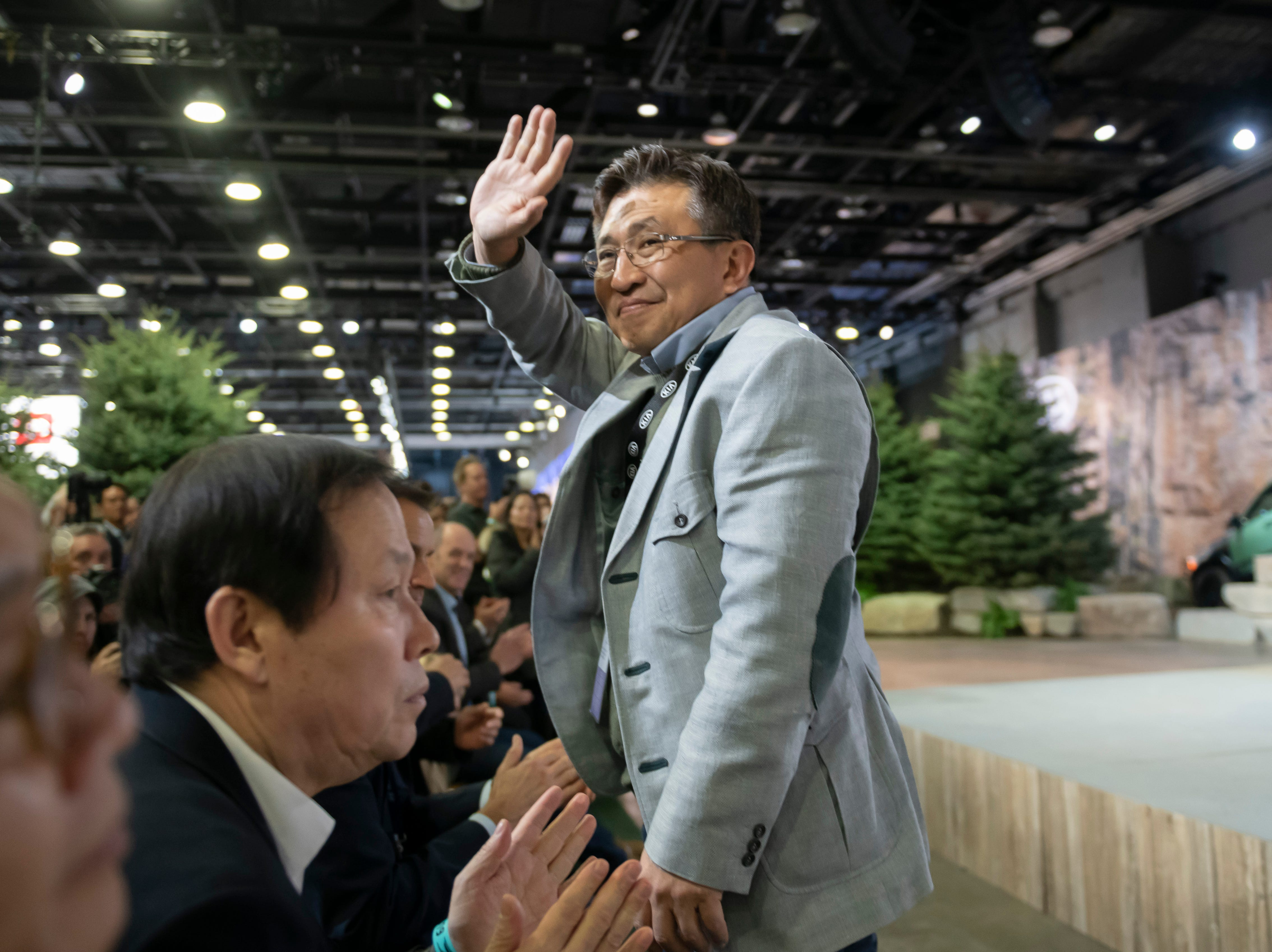 Seungkyu (Sean) Yoon, president and CEO of Kia Motors America, waves to the gathered journalists during the 2020 Kia Telluride reveal.