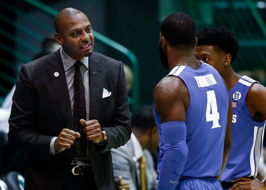 Memphis head coach Penny Hardaway, left, chats with Raynere Thornton, middle, and Kareem Brewton Jr. during action against Tulane on Sunday.