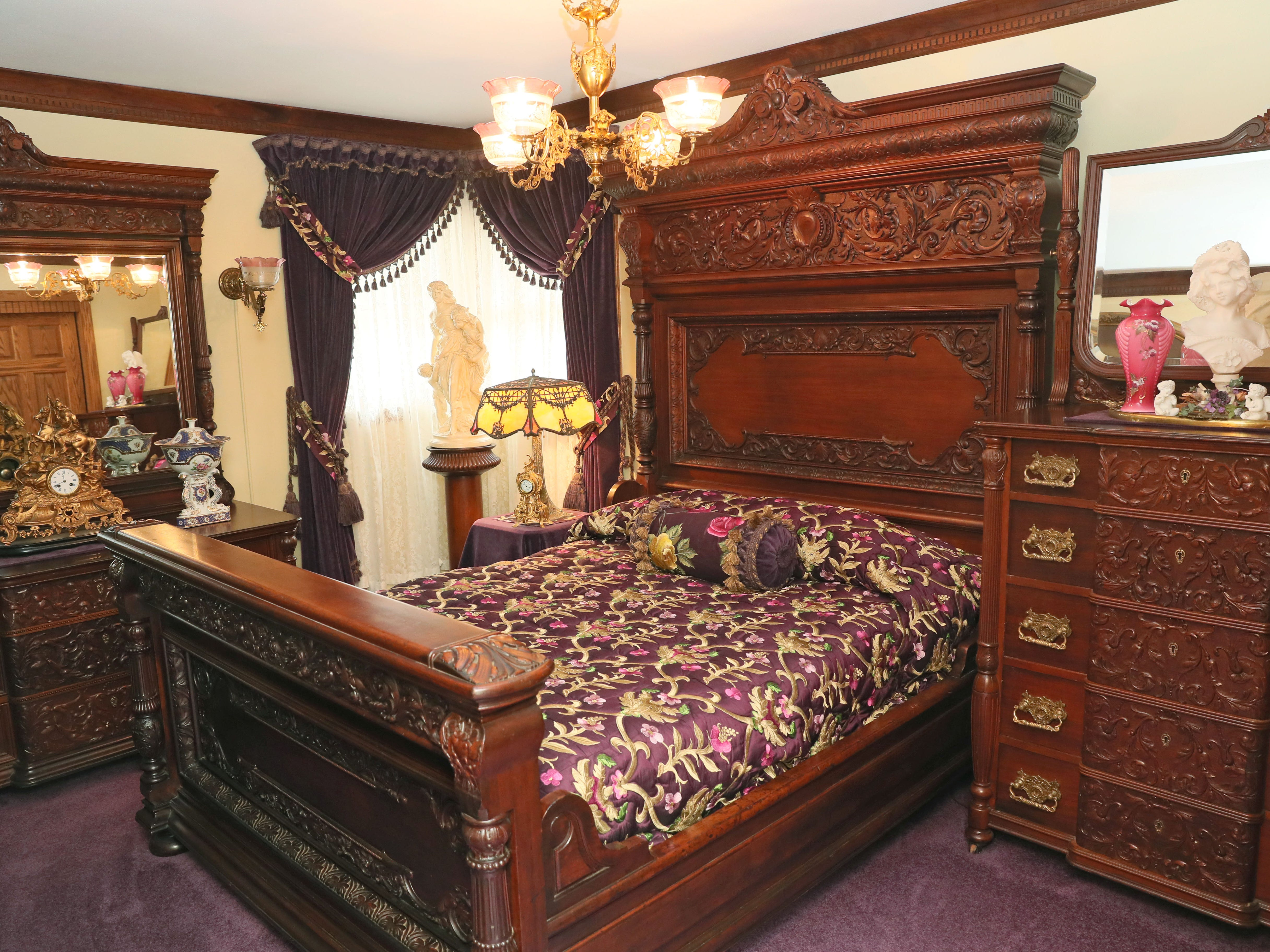The guest bedroom has a R.J. Horner bedroom set from the 1880s. The fabric on the bed is a reproduction of one from St. James Castle in England.