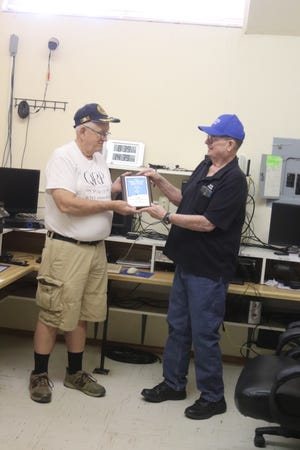On the right, Sven Breden, K5SHB, president of MVRC, presenting the winning plaque to Dave Hassall, WA5DJJ,  the club's organizer for the contest.
