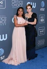 La actriz Yalitza Aparicio (izq.) y Marina de Tavira muestran su estatuilla de los Critics' Choice Awards 2019.
