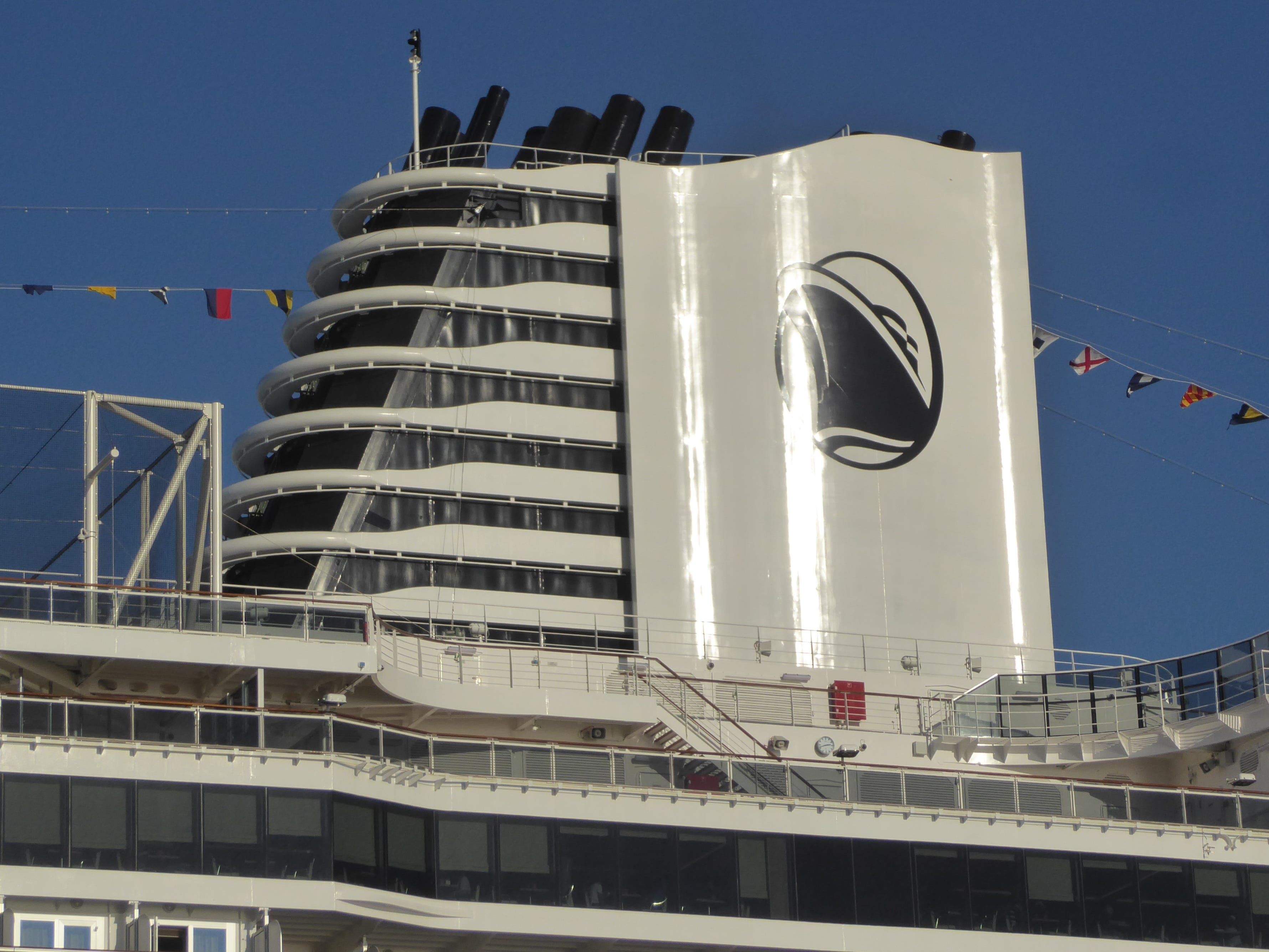 Conceived by architect Yran Storbratten, the Nieuw Statendam has a uniquely shaped funnel composed of stepped-up grillworks and wave-like flanks.