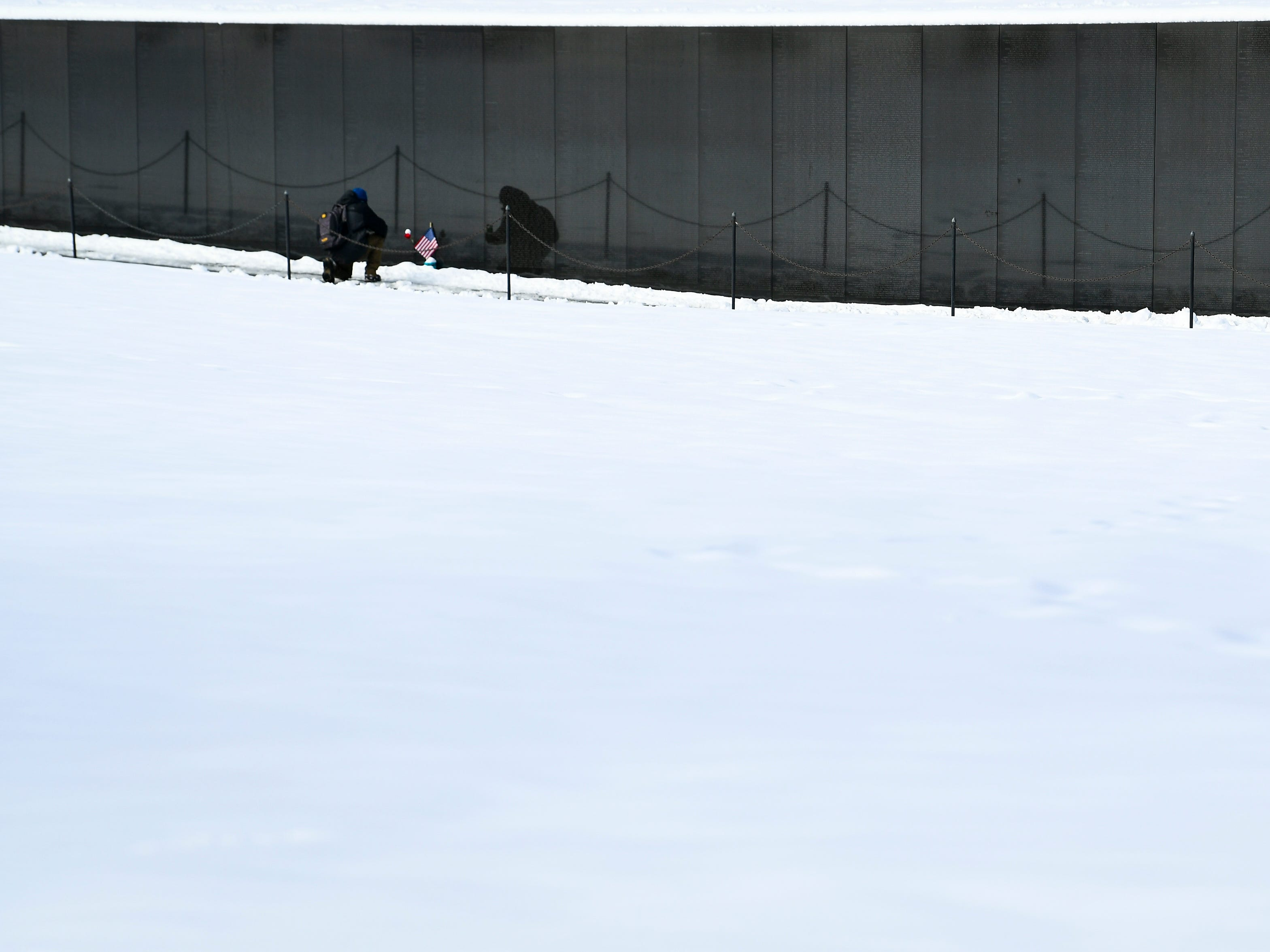 1/14/19 10:07:06 AM -- Washington, DC, U.S.A  -- Visitors walking through snow and ice at Vietnam Veterans Memorial.   --    Photo by Jack Gruber, USA TODAY staff ORG XMIT:  JG 137762 Winter storm cle 1/14 (Via OlyDrop)