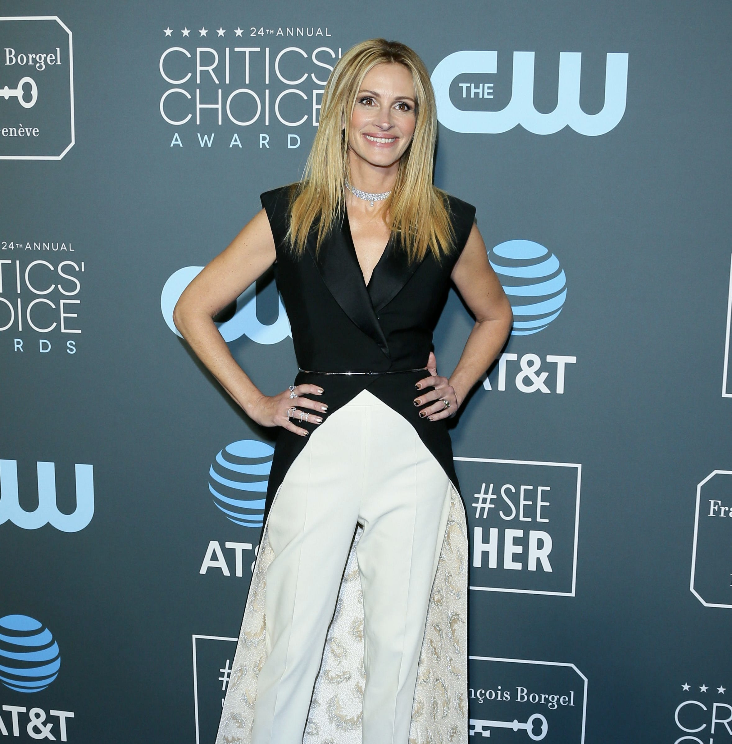 Actress Julia Roberts arrives for the 24th Critics' Choice Awards at Barker Hangar Santa Monica airport on January 13, 2019 in Santa Monica, California. (Photo by Jean-Baptiste LACROIX / AFP)JEAN-BAPTISTE LACROIX/AFP/Getty Images ORG XMIT: 24th Crit ORIG FILE ID: AFP_1C76GD
