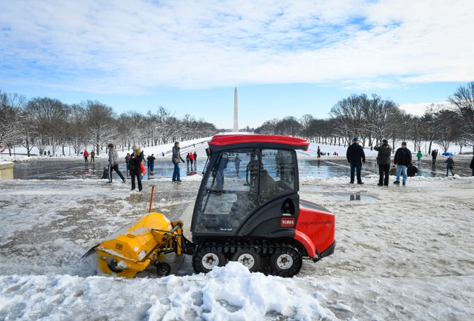 1/14/19 10:14:14 AM -- Washington, DC, U.S.A  -- U.S. Park Service workers clearing snow at the base of the Lincoln Memorial with the Washington Monument seen in the distance. --    Photo by Jack Gruber, USA TODAY staff ORG XMIT:  JG 137762 Winter storm cle 1/14 (Via OlyDrop)