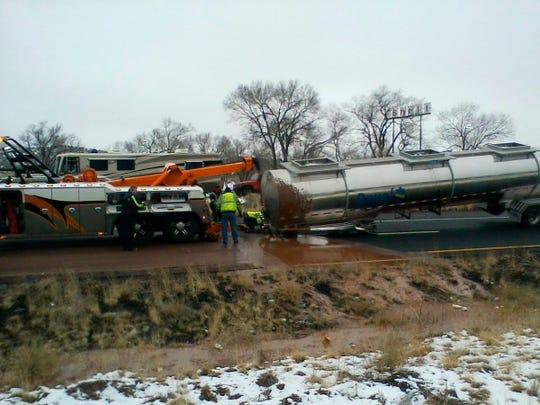 En esta foto proporcionada por el DPS se observa la escena en la que el camión volcó, provocando el derrame del chocolate líquido.