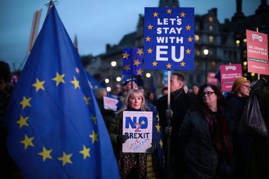 Gente se manifiesta en contra del Brexit.