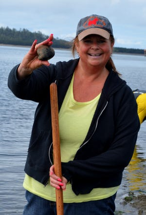 Ronda Lehman of Salem, a former Statesman Journal employee, scored big her first time out. Clams can try to hide, but they can't swim away.