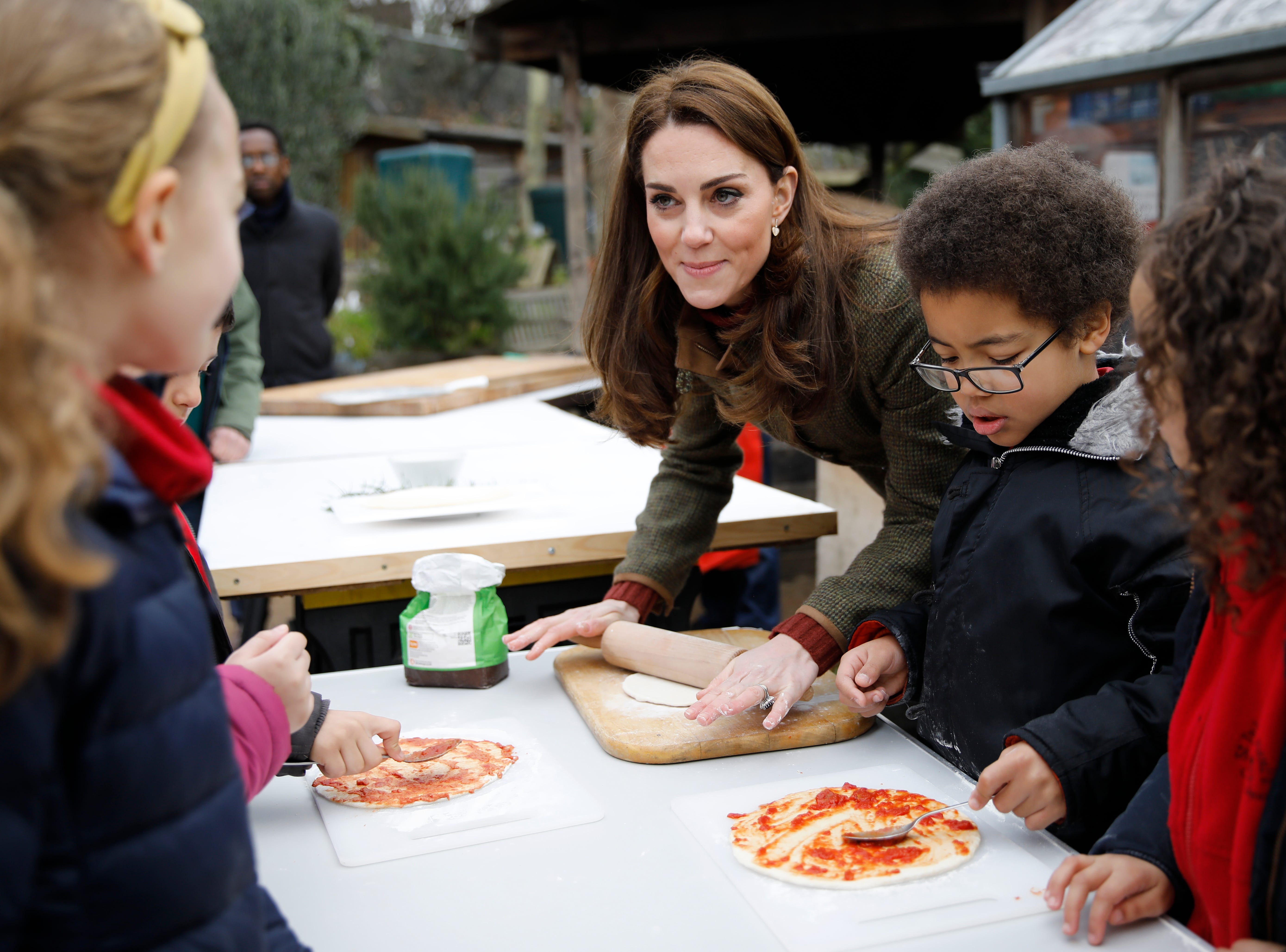 LONDON, ENGLAND - JANUARY 15:  Catherine, Duchess of Cambridge speaks with children and helps makes pizza as she visits Islington Community Garden on January 15, 2019 in London, England. (Photo by Tolga Akmen - WPA Pool/Getty Images) ORG XMIT: 775282491 ORIG FILE ID: 1083117696