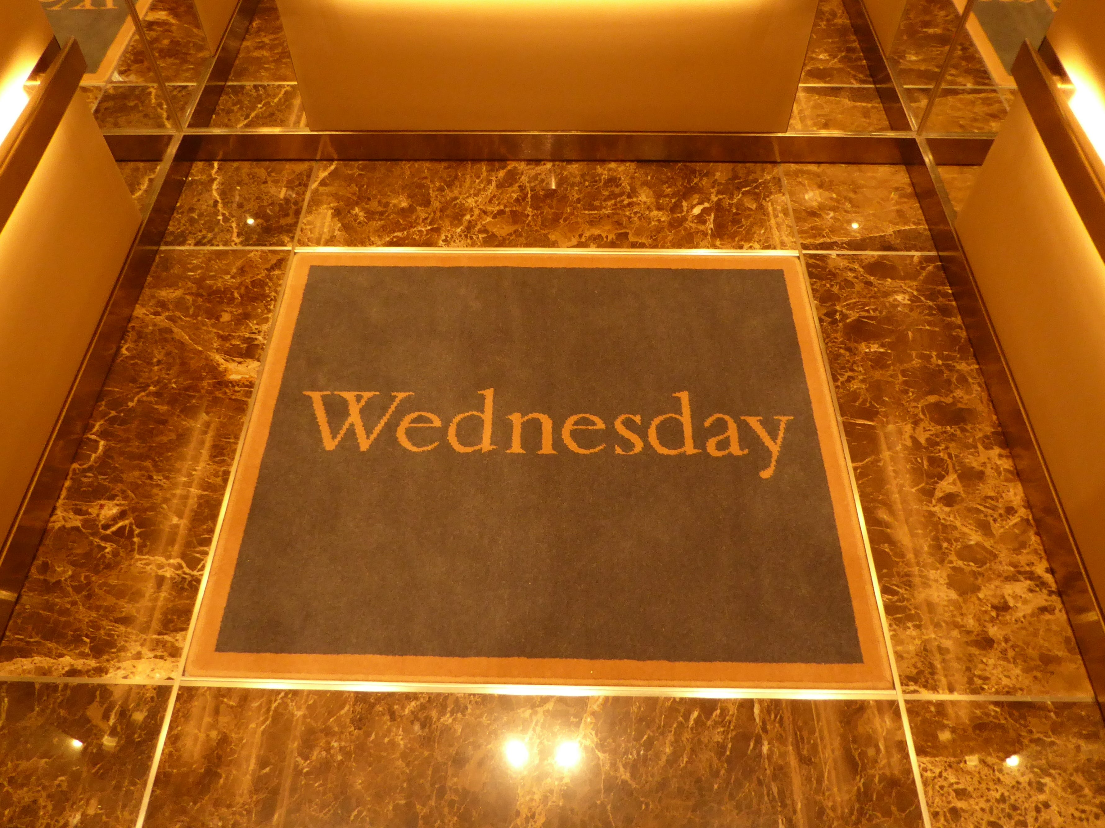 The Nieuw Statendam has three main stairtowers and no less than 12 elevators.  In HAL tradition, the elevators feature a rug that reminds guests which day of the week it is.