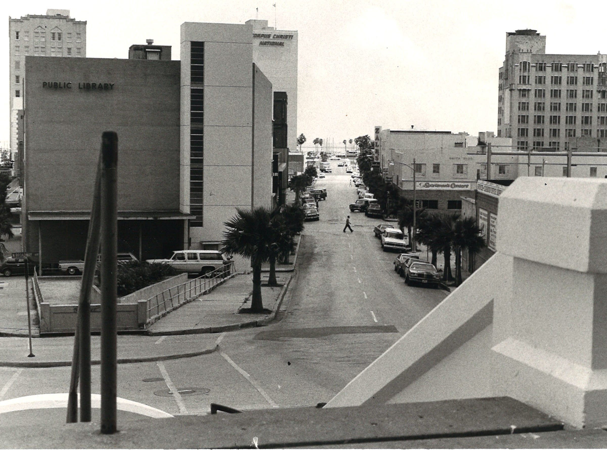 Looking down Schatzell Street in downtown Corpus Christi toward the bay in June 1978. The La Retama Library is on the left.