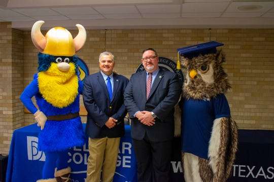 Del Mar President and CEO Mark Escamilla (left) and WGU Texas chancellor Steven Johnson pose for a photo between Del Mar and WGU mascots at a Jan. 16 transfer agreement signing ceremony in Corpus Christi.