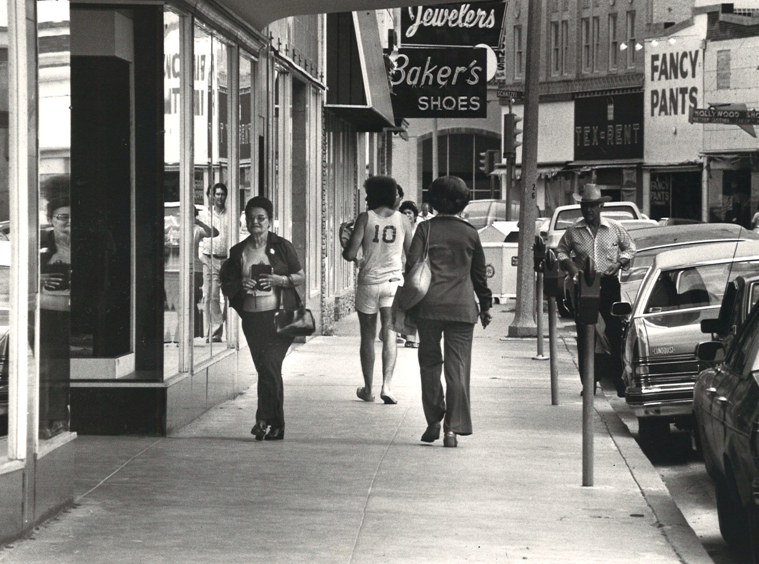 Shoppers walk down the 400 block of Chaparral Street in October 1975.