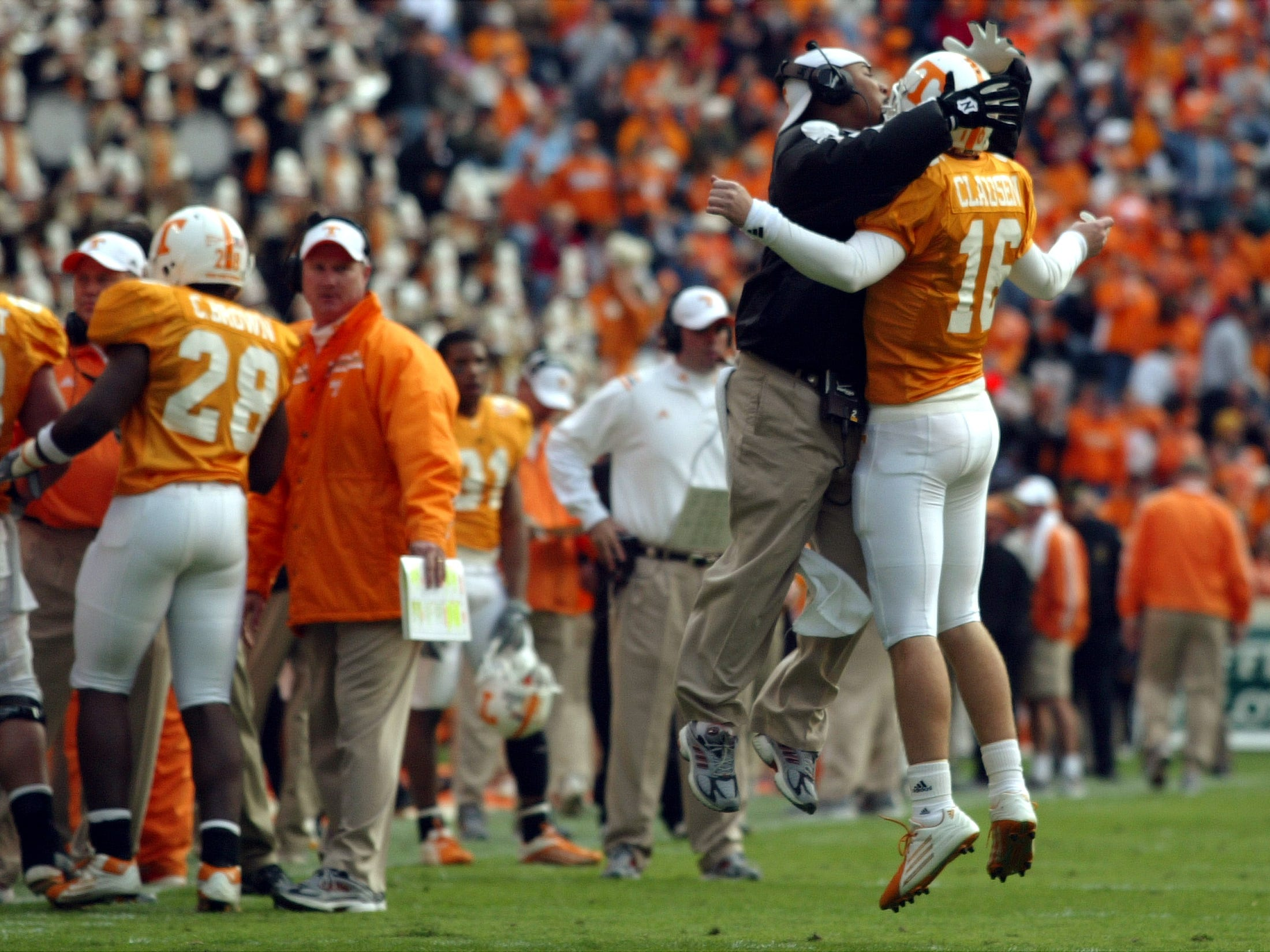 utky4.CC#2615.JPG-----sports----Tennessee assistant coach Trooper Taylor celebrates with quarterback Rick Clausen after a touchdown against Kentucky Saturday at Neyland Stadium.  11/27/2004.