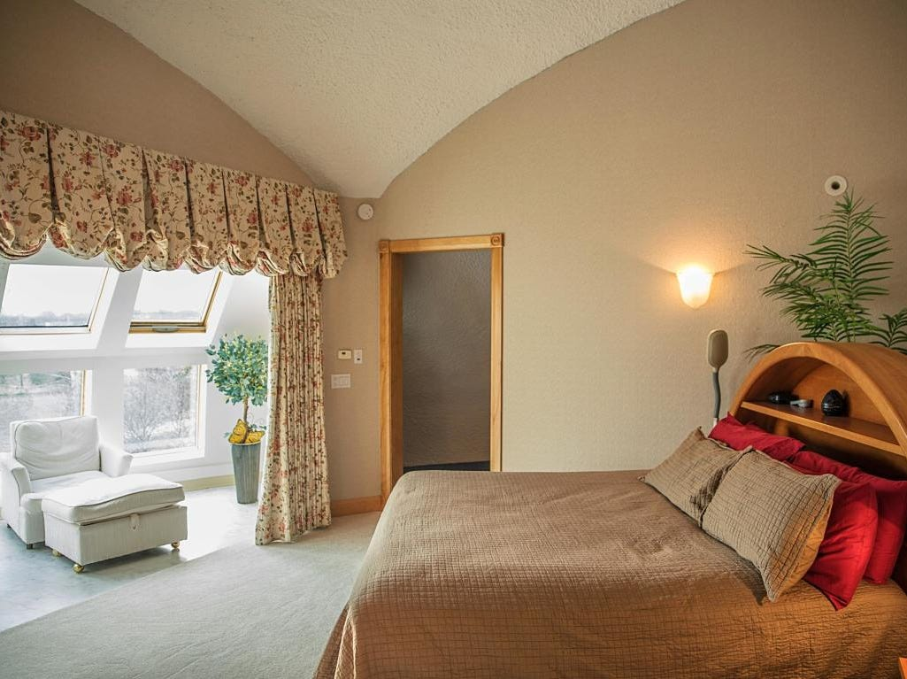Manitowoc's dome home bedroom