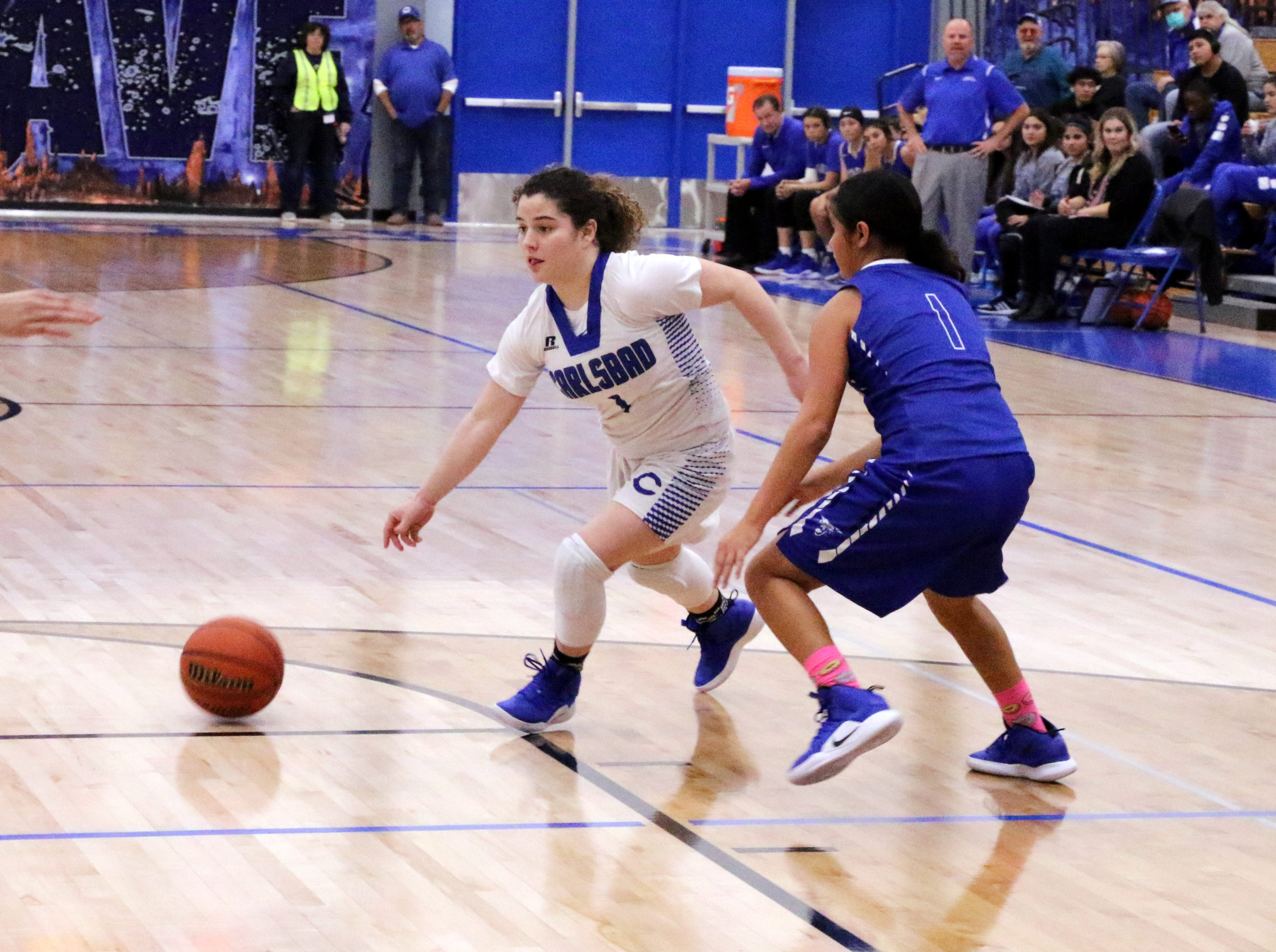 Jerri Lynn McDonald drives the lane in the fourth quarter during Tuesday's game against Lovington.