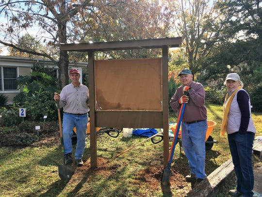Master Gardener volunteers installing the new outdoor kiosk at the UF/IFAS Extension Leon County Office.