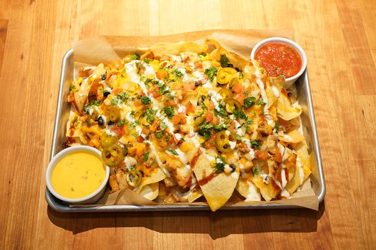 As a nod to Cheddar's birthplace, these nachos are topped with chicken or ground beef, house-made queso, black beans, jalapeños, cilantro, corn, fresh pico de gallo and a drizzle of scratch-made honey BBQ and ranch. This appetizer is served with queso and salsa on the side.