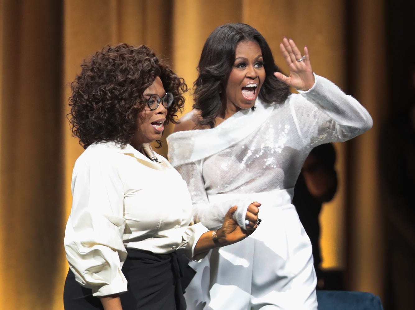 CHICAGO, IL - NOVEMBER 13:  Oprah Winfrey introduces former first lady Michelle Obama as she kicks off her 'Becoming'  arena book tour on November 13, 2018 in Chicago, Illinois. In the book, which was released today, Obama describes her journey from Chicago's South Side to the White House.  (Photo by Scott Olson/Getty Images) ORG XMIT: 775256717 ORIG FILE ID: 1061264870