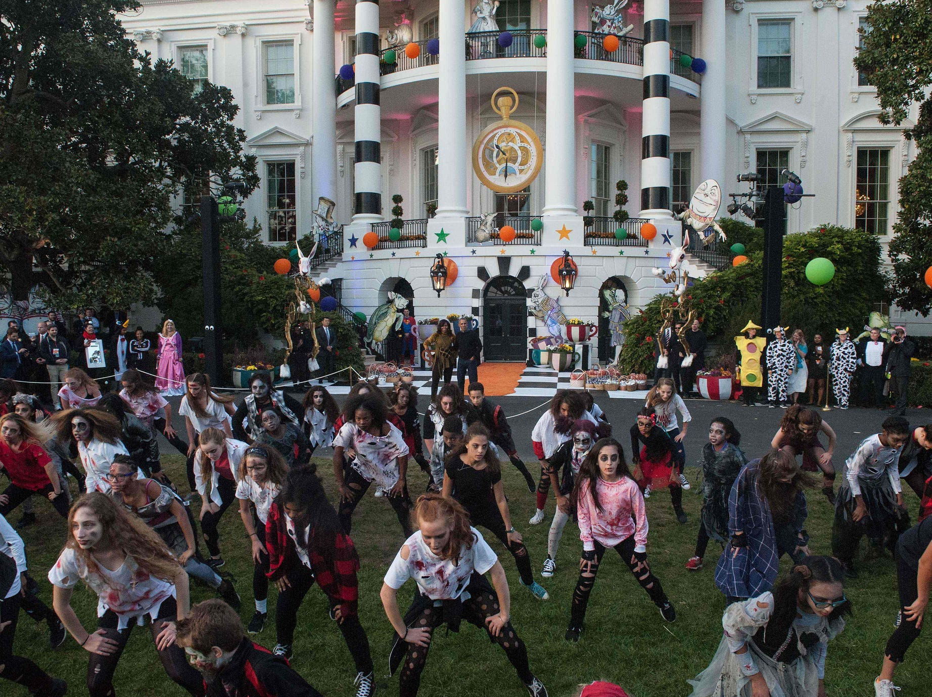 US President Barack Obama and First Lady Michelle Obama watch children perform Michael Jackson'n Thriller on the South Lawn of the White House during a Halloween event in Washington, DC, on October 31, 2016. / AFP PHOTO / NICHOLAS KAMMNICHOLAS KAMM/AFP/Getty Images ORIG FILE ID: AFP_HO15G