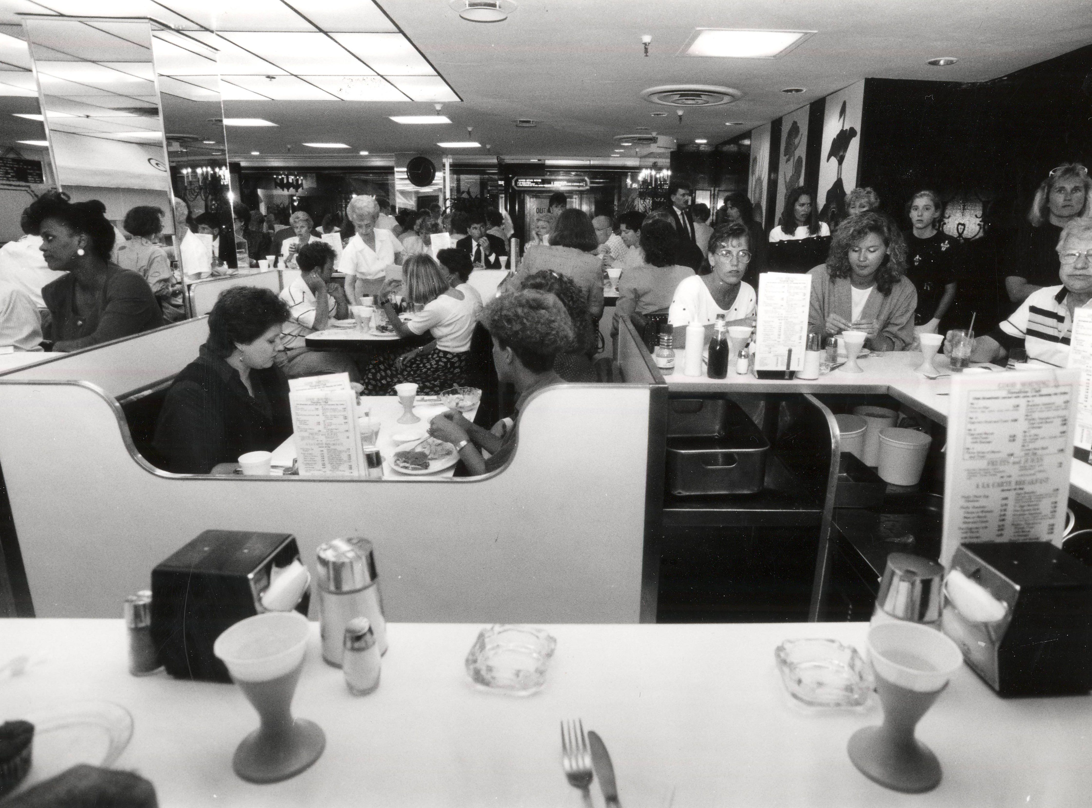AUGUST 15, 1991: Lunchtime at Hathaway's in the Carew Tower. The place gets pretty crowded but the turnover is quick.  Scanned 1/17/2019