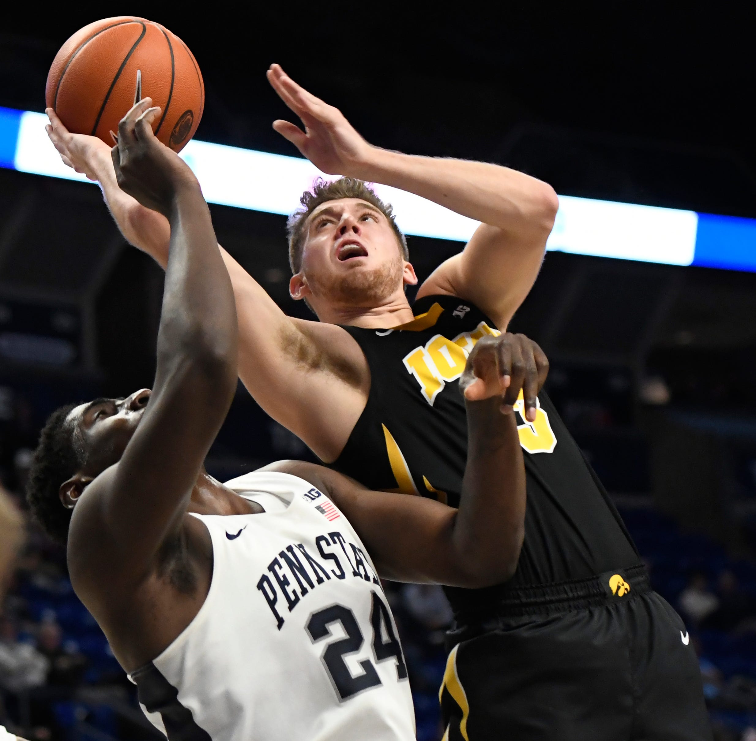Luka Garza, Jordan Bohannon help Iowa close road win at Penn State