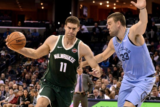 A determined Brook Lopez of the Bucks drives to the bucket against Grizzlies center Marc Gasol during the first half on Wednesday night.