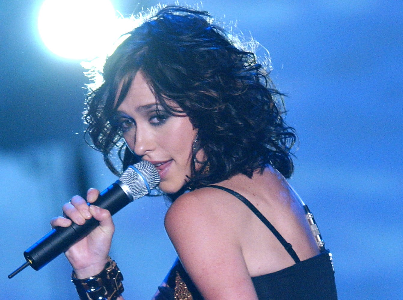 Jennifer Love Hewitt performs during the Teen Choice Awards 2002, in Los Angeles, Sunday, Aug. 4, 2002. (AP Photo/Lucy Nicholson)