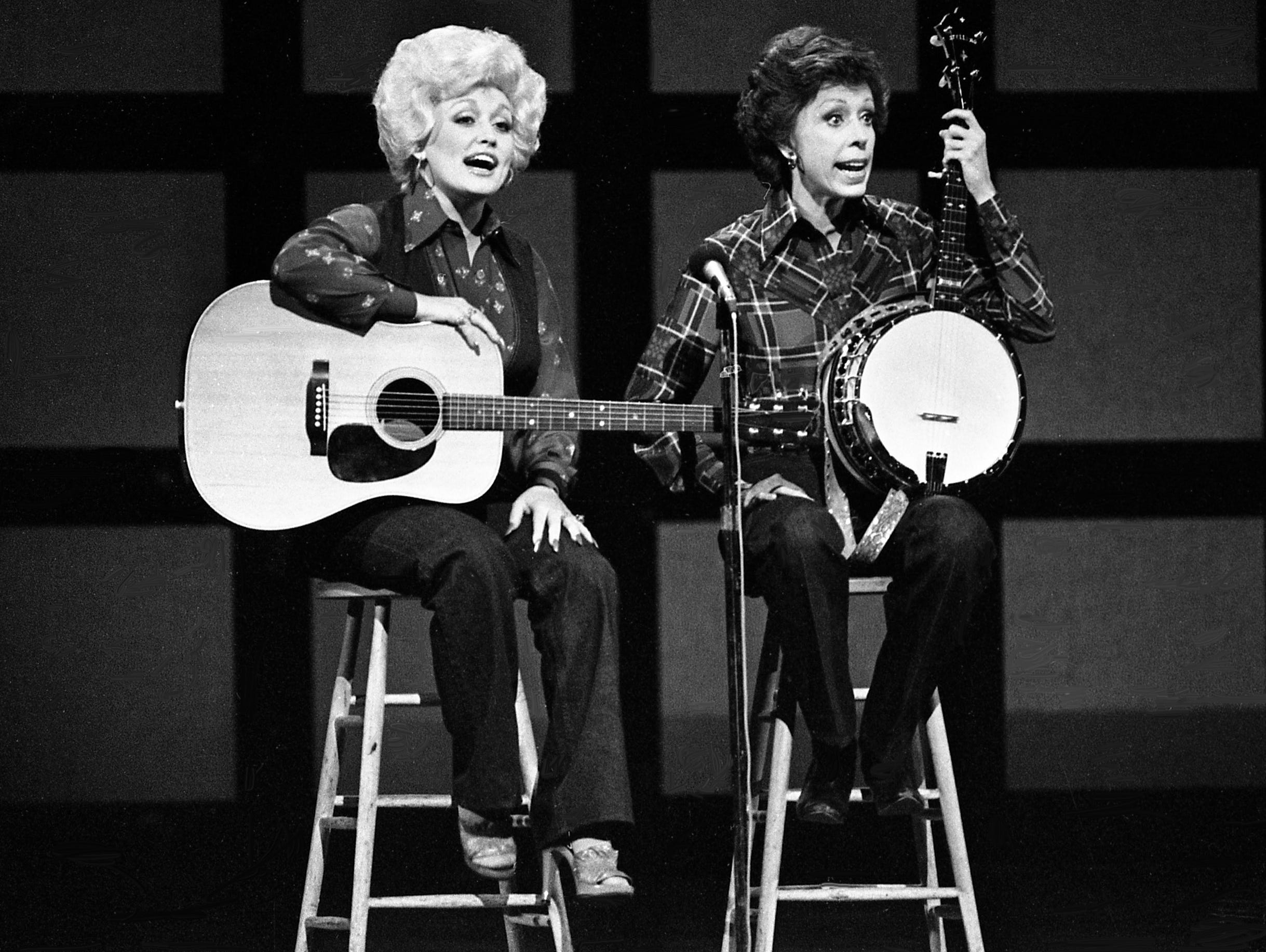 "Dolly Parton, left, asks if there anyone in the audience who can teach Carol Burnett to play the banjo for the ""No one picks like a Nashville picker"" skit during the taping of the ""Dolly and Carol in Nashville"" television special before a packed audience at the Grand Ole Opry House on Jan. 10, 1979. Burnett, who can't play, was determined to make her debut as one."