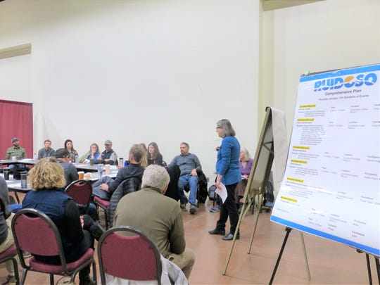 A Sites Southwest consultant leads a discussion on recreation in Ruidoso.