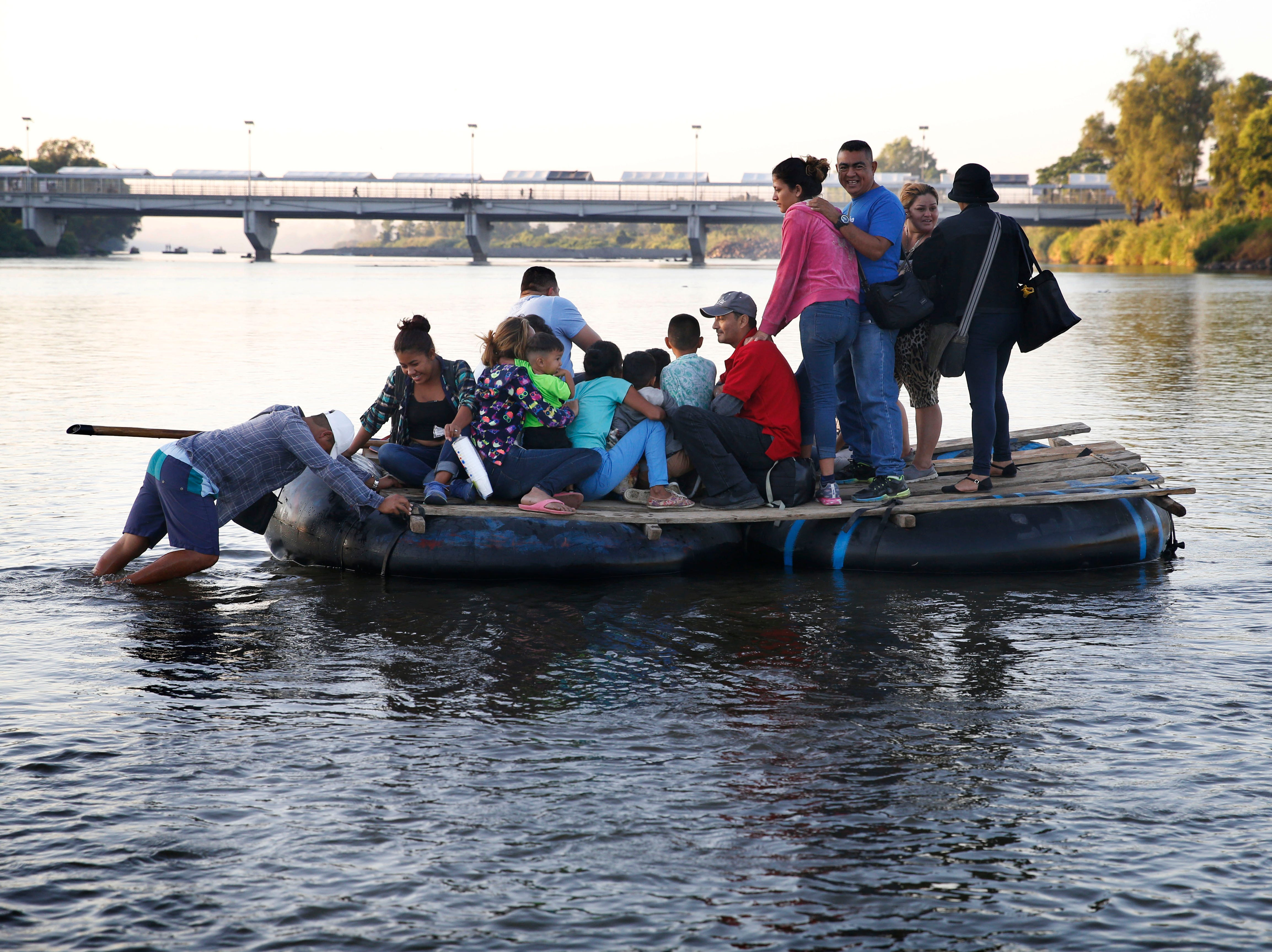 Mientras unos lo hicieron caminando, otro migrantes optaron por cruzar a México a través del río.